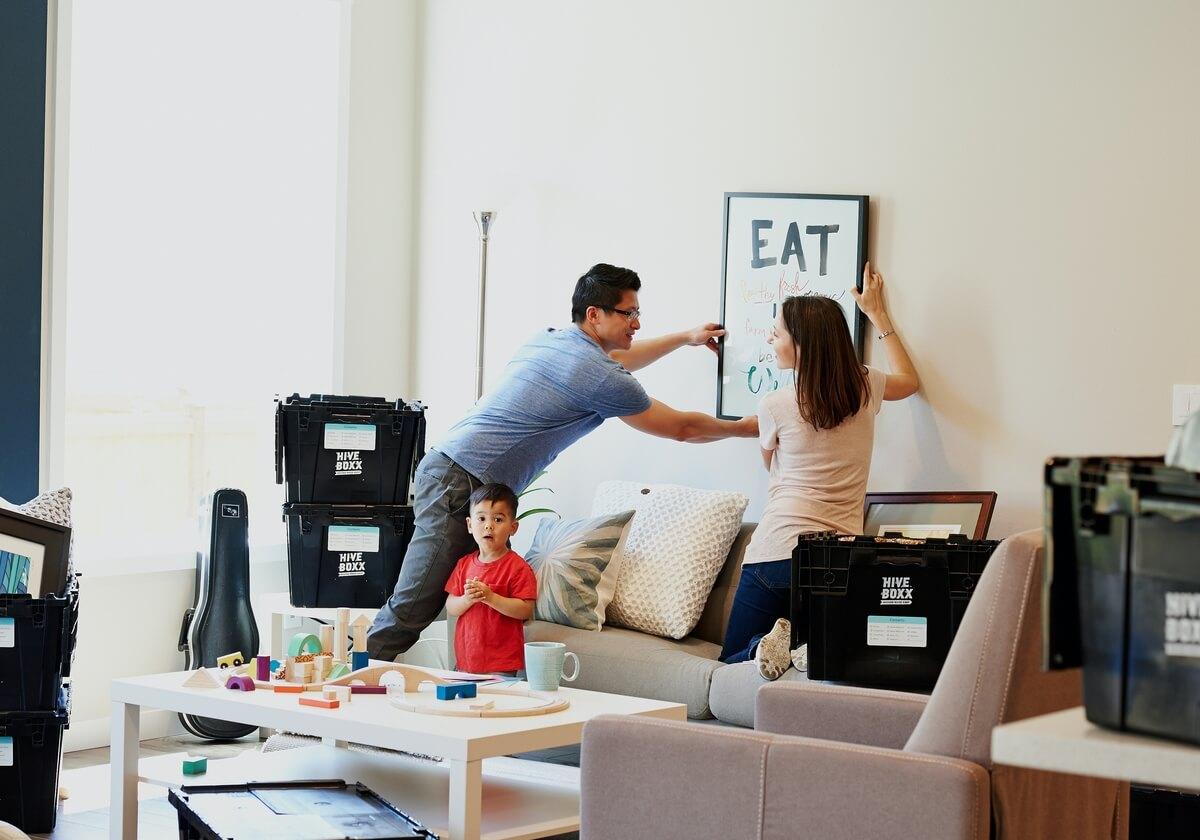 família a utilizar crédito mobiliário e decoração